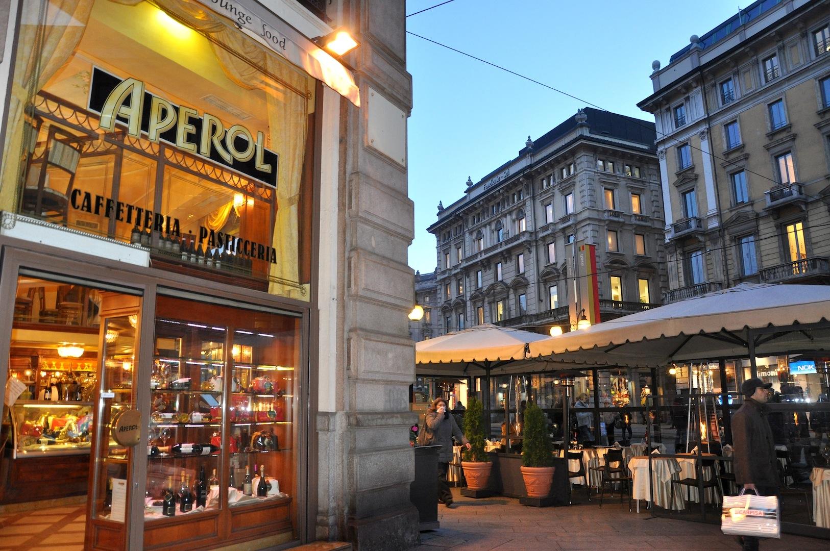 Caff aperol a milano centro storico overplace for Negozi arredamento milano centro