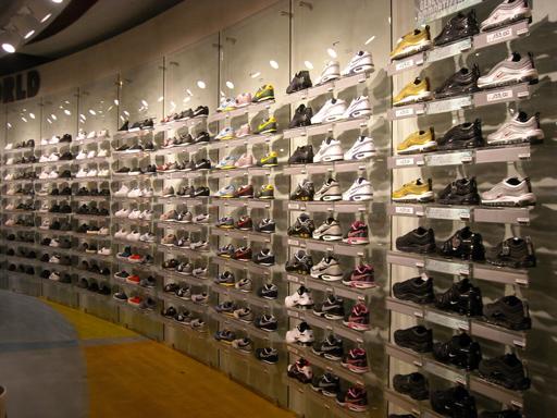 ... negozio scarpe sportive ... 0d4df37348b